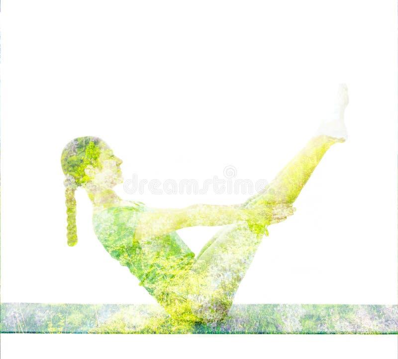 Immagine di doppia esposizione della donna che fa asana di yoga fotografia stock libera da diritti