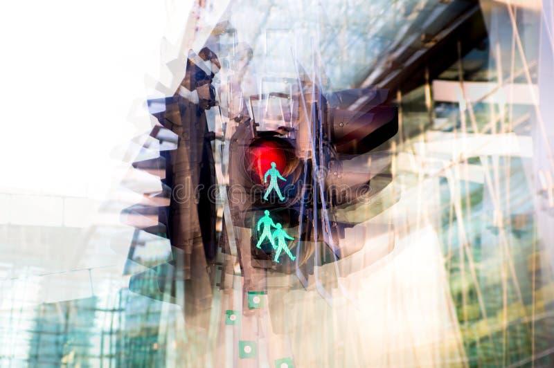 Immagine di effetto di esposizione multipla Semaforo che mostra rosso contro della costruzione moderna del complesso di uffici Co fotografie stock