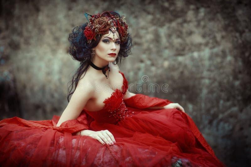 Immagine di fiaba di una ragazza nella foresta fotografia stock libera da diritti