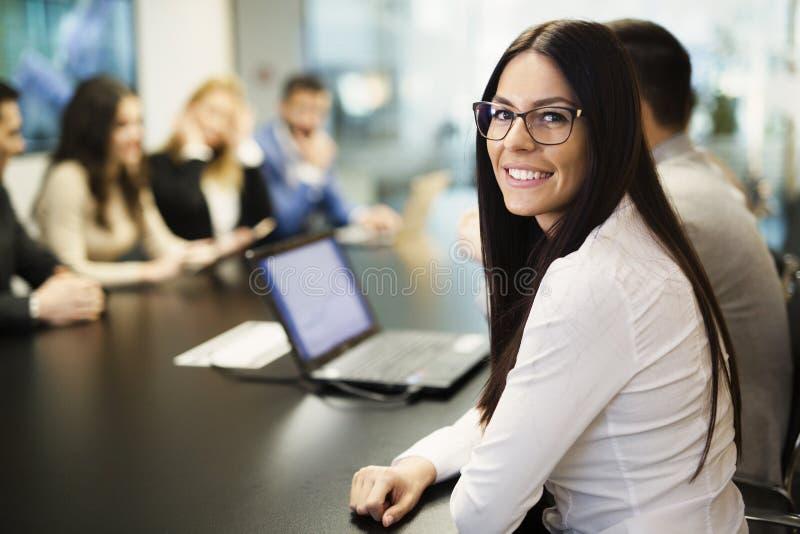 Immagine di giovane donna di affari attraente che partecipa alla conferenza fotografie stock
