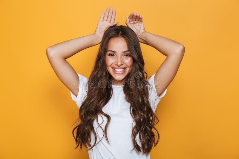 Immagine di giovane donna europea 20s con sorridere e lo sho lunghi dei capelli fotografia stock