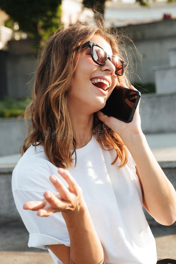 Immagine di giovane donna felice che indossa l'attrezzatura di estate e l'Unione Sovietica casuali immagini stock libere da diritti