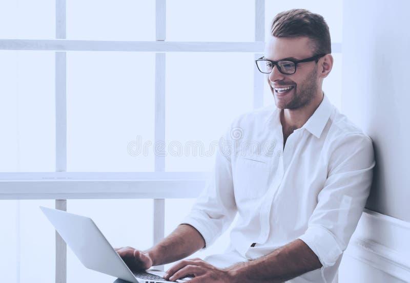 Immagine di giovane uomo d'affari bello in camicia classica fotografia stock libera da diritti