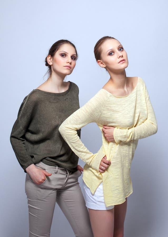 Immagine di giovani donne graziose in abbigliamento casual immagine stock