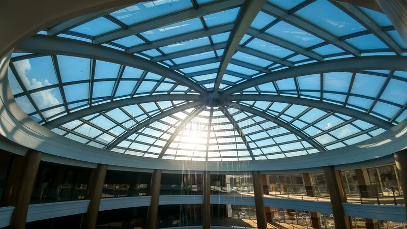 Immagine di grande cupola di vetro nel centro di affari o in hotel moderno Immagine astratta di architettura del tetto di vetro fotografia stock