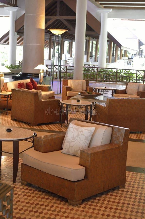 Immagine di riserva delle sedie di spiaggia e della piscina laterale dell'ombrello fotografia stock libera da diritti