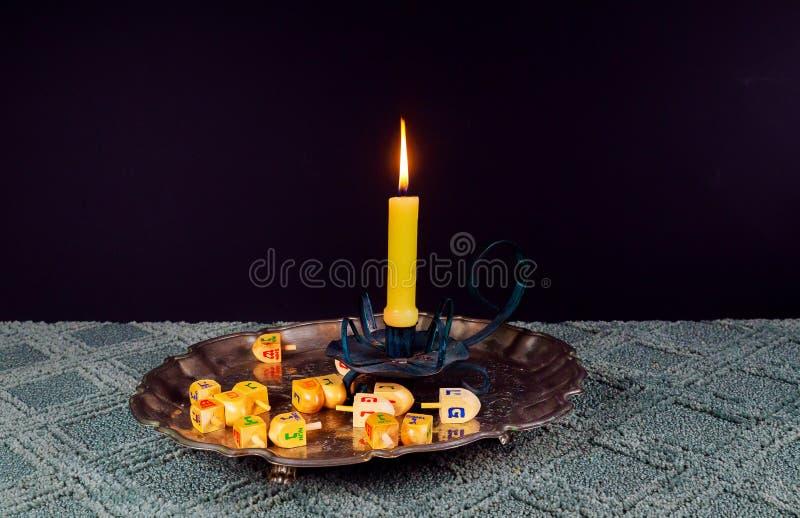 Immagine di sabato pane e candela del challah sulla tavola di legno immagine stock