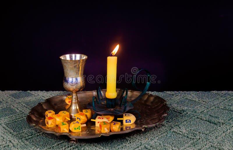 Immagine di sabato pane e candela del challah sulla tavola di legno fotografie stock libere da diritti