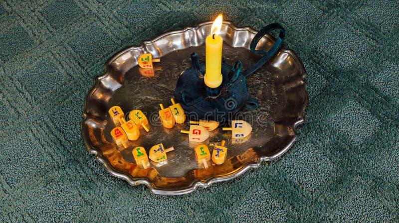Immagine di sabato pane e candela del challah sulla tavola di legno fotografia stock