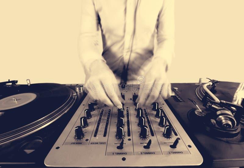 Immagine di semitono di Sepai di una femmina funky DJ fotografia stock