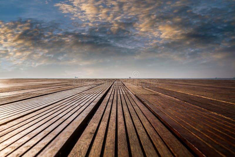 Immagine di sfondo astratta con il pavimento di legno vuoto al porto vicino immagine stock libera da diritti