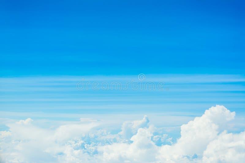 Immagine di sfondo bianca del cielo blu e della nuvola immagine stock