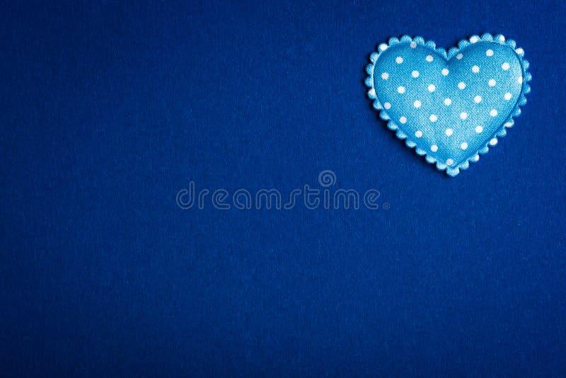 Immagine di sfondo blu con un cuore fotografie stock