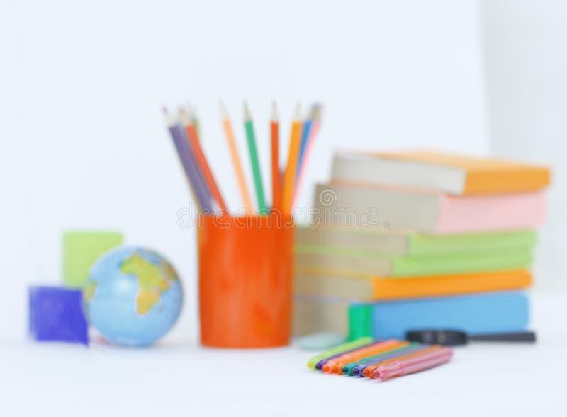 Immagine di sfondo dei rifornimenti di scuola su fondo bianco Foto con lo spazio della copia fotografia stock libera da diritti