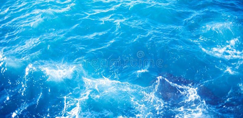 Immagine di sfondo della superficie dell'acqua di mare dell'acqua con la riflessione soleggiata fotografia stock libera da diritti