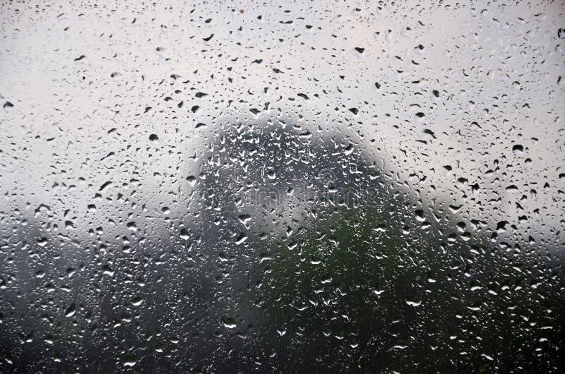 Immagine di sfondo delle gocce di pioggia su una finestra di vetro Macro foto con profondità di campo bassa immagine stock libera da diritti