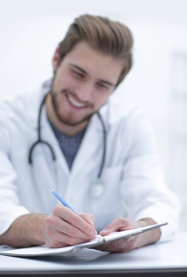 Immagine di sfondo di un medico che scrive una prescrizione fotografia stock