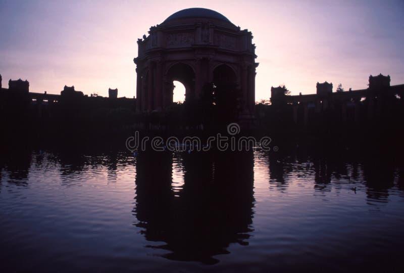 Immagine di specchio del palazzo del teatro di arti in siluette fotografia stock libera da diritti