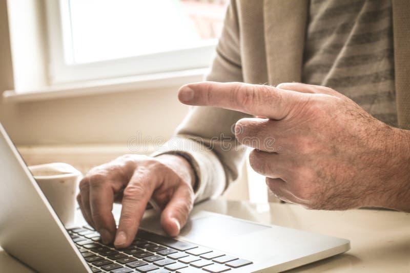 Immagine di spirito maturo della mano dell'uomo d'affari che indica dito fotografia stock libera da diritti