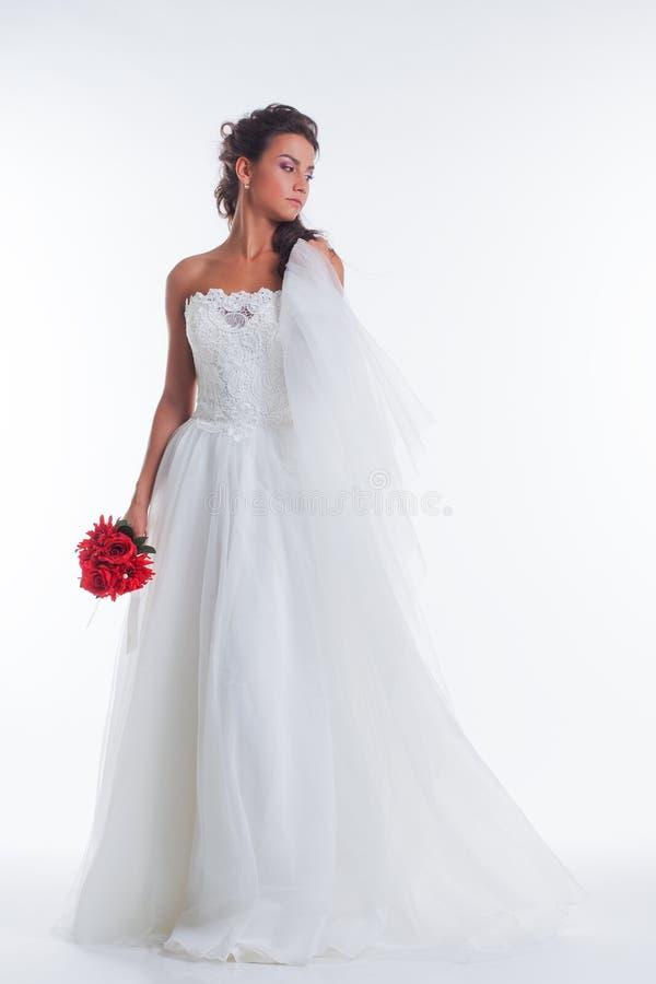 Immagine di sposa abbastanza giovane che posa con il velo fotografia stock libera da diritti