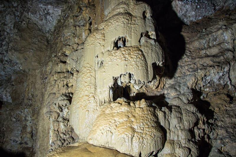Immagine di stalagnaty nella caverna fotografia stock