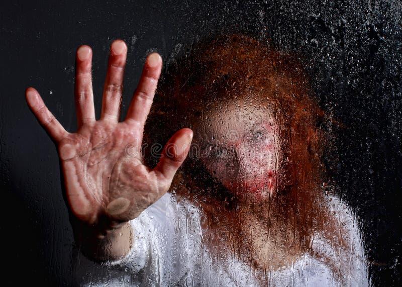 Immagine di tema di orrore con l'emorraggia della donna di Freightened fotografia stock libera da diritti
