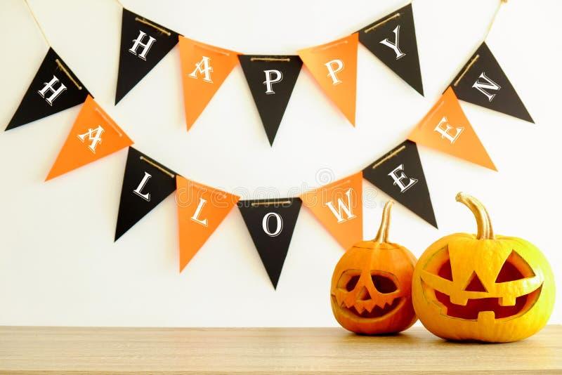 Immagine di tema di Halloween con le zucche scolpite nell'ambiente della festa immagini stock libere da diritti