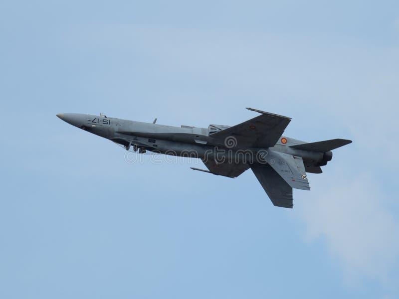 immagine di un F-18 dell'aeronautica spagnola che vola sottosopra fotografie stock libere da diritti