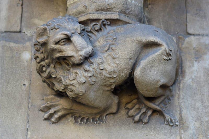 Immagine di un leone di pietra sulla parete di una chiesa a Londra immagine stock libera da diritti