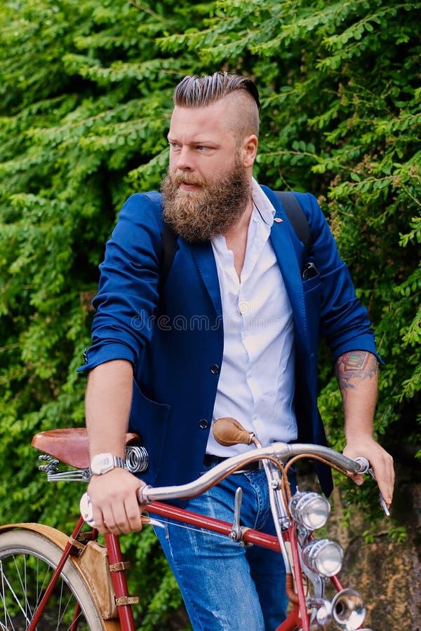 Immagine di un uomo su una retro bicicletta immagini stock