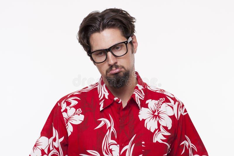 Immagine di un uomo triste in camicia hawaiana contro bianco immagine stock libera da diritti