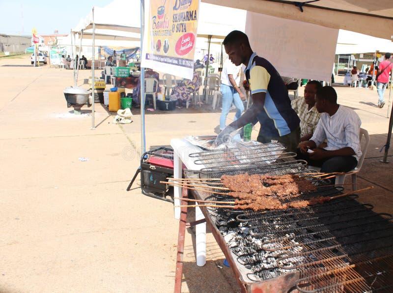 Immagine di un venditore di suya a kaduna, Nigeria fotografia stock