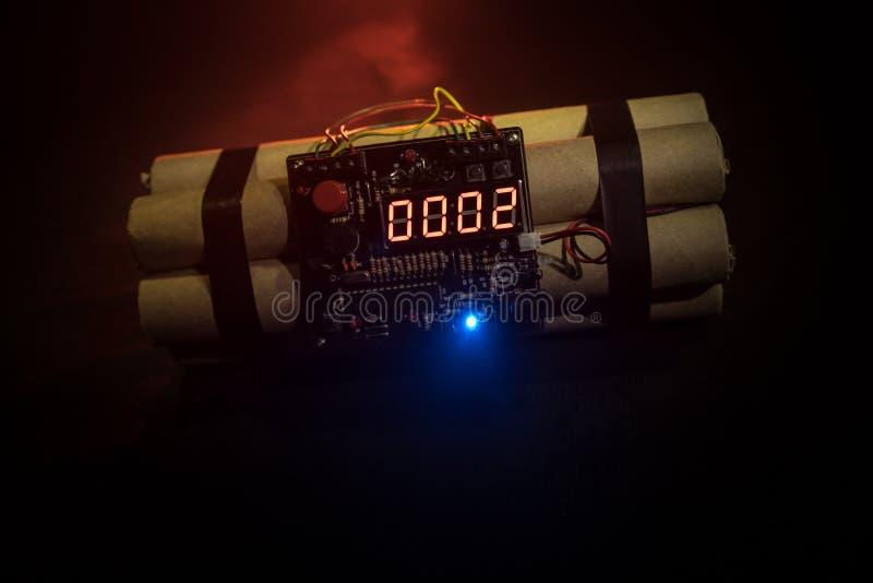 Immagine di una bomba a orologeria contro fondo scuro Temporizzatore che conta alla rovescia alla detonazione illuminata ad una l fotografia stock libera da diritti