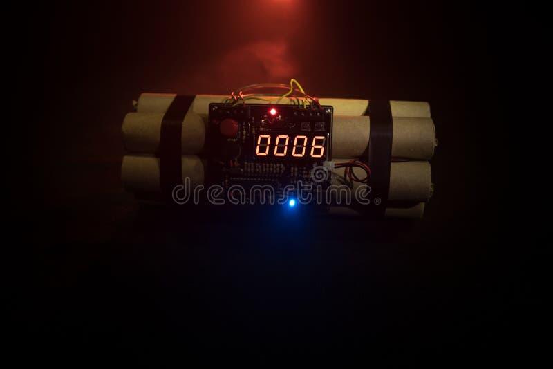 Immagine di una bomba a orologeria contro fondo scuro Temporizzatore che conta alla rovescia alla detonazione illuminata ad una l immagine stock libera da diritti