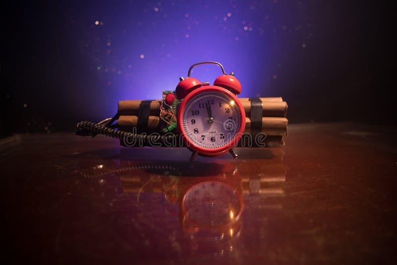 Immagine di una bomba a orologeria contro fondo scuro Temporizzatore che conta alla rovescia alla detonazione illuminata ad una l immagini stock libere da diritti