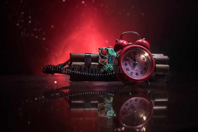 Immagine di una bomba a orologeria contro fondo scuro Temporizzatore che conta alla rovescia alla detonazione illuminata ad una l fotografie stock libere da diritti