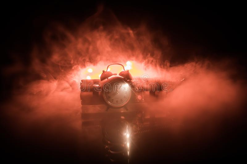 Immagine di una bomba a orologeria contro fondo scuro Temporizzatore che conta alla rovescia alla detonazione illuminata ad una l immagini stock