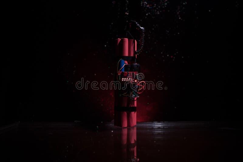 Immagine di una bomba a orologeria contro fondo scuro Temporizzatore che conta alla rovescia alla detonazione illuminata ad una l fotografie stock