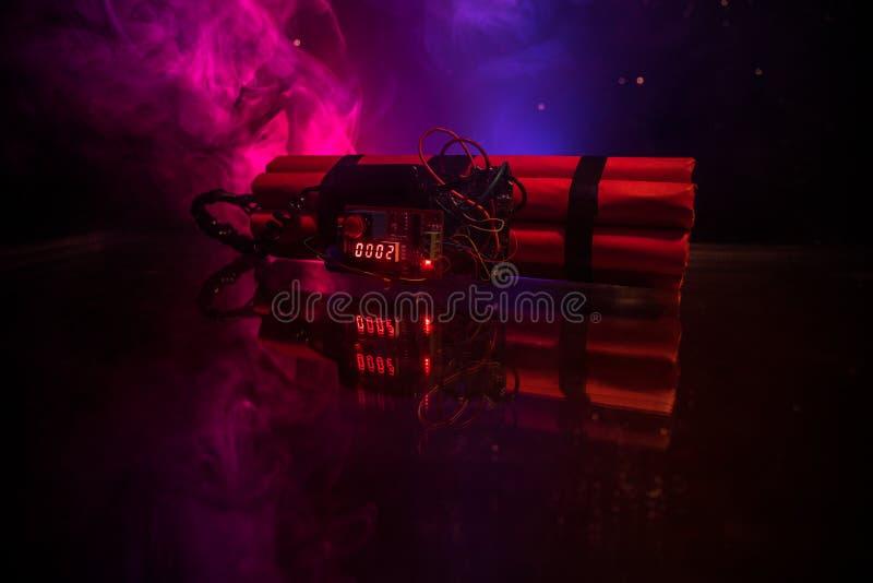 Immagine di una bomba a orologeria contro fondo scuro Temporizzatore che conta alla rovescia alla detonazione illuminata ad una l immagine stock