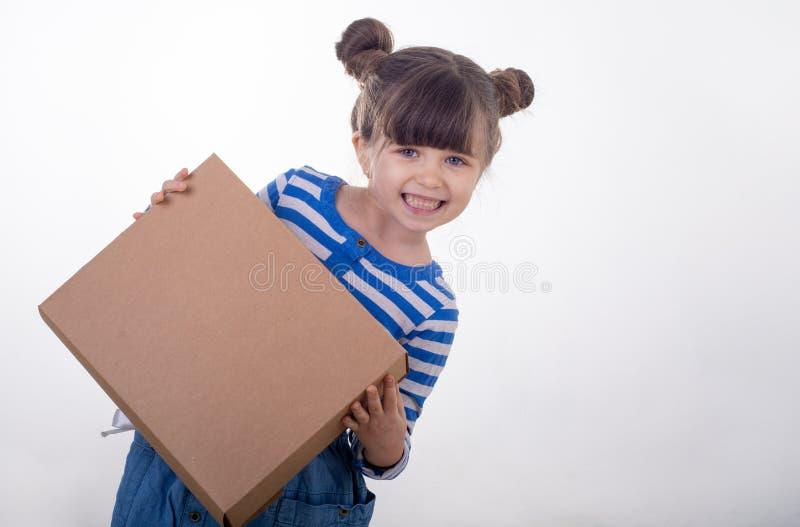 Immagine di una condizione felice del bambino con il contenitore di servizio pacchi postali isolato sopra fondo bianco immagine stock libera da diritti