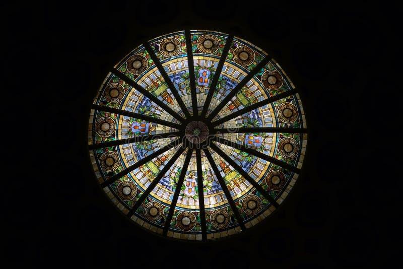 Immagine di una finestra di vetro macchiato multicolore con il blocco regolare fotografie stock libere da diritti