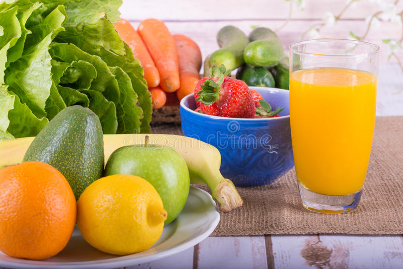 Immagine di una frutta e di un succo a base di verdura immagine stock