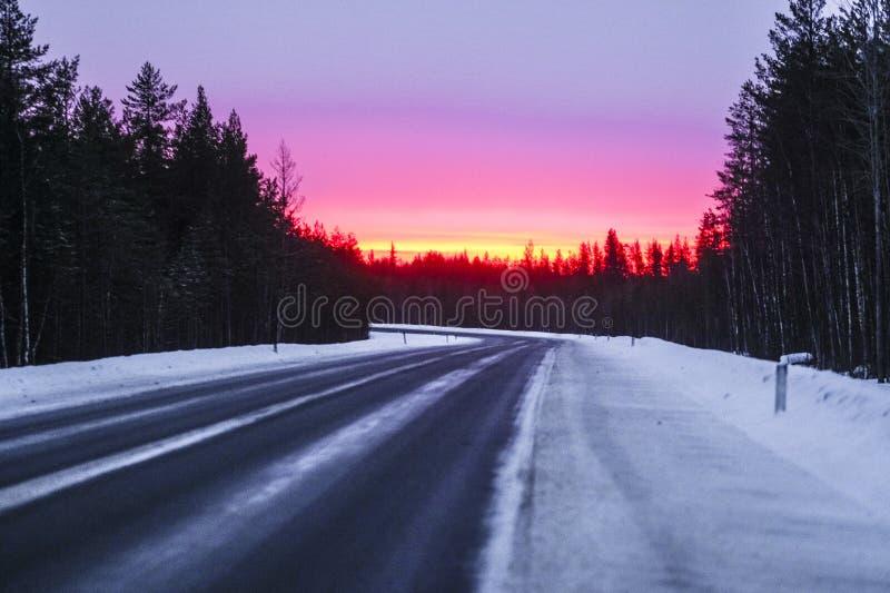immagine di una strada di campagna in Karelia in inverno fotografie stock libere da diritti