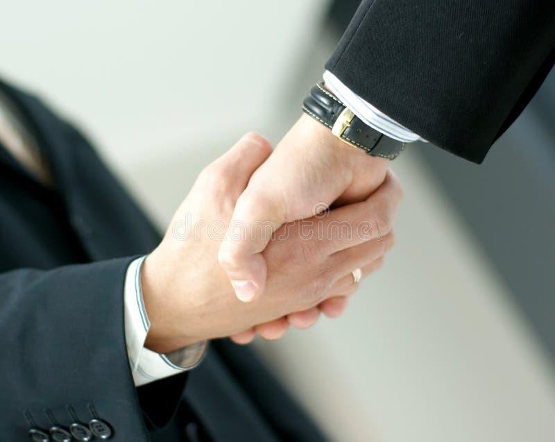 Immagine di una stretta di mano fra due uomini di affari immagine stock
