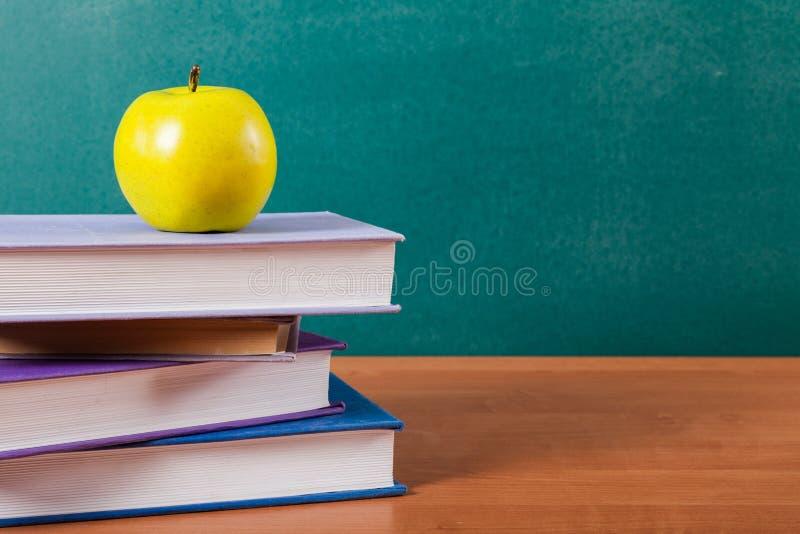 Download Immagine Di Uno Scrittorio Con Un Mucchio Dei Manuali E Della Mela Immagine Stock - Immagine di istruzione, studiare: 117978017