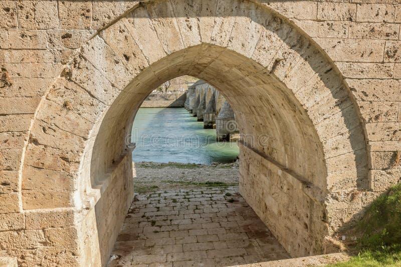 Immagine di vecchie colonne di pietra del ponte, Visegrad, Bosnia-Erzegovina del primo piano immagini stock