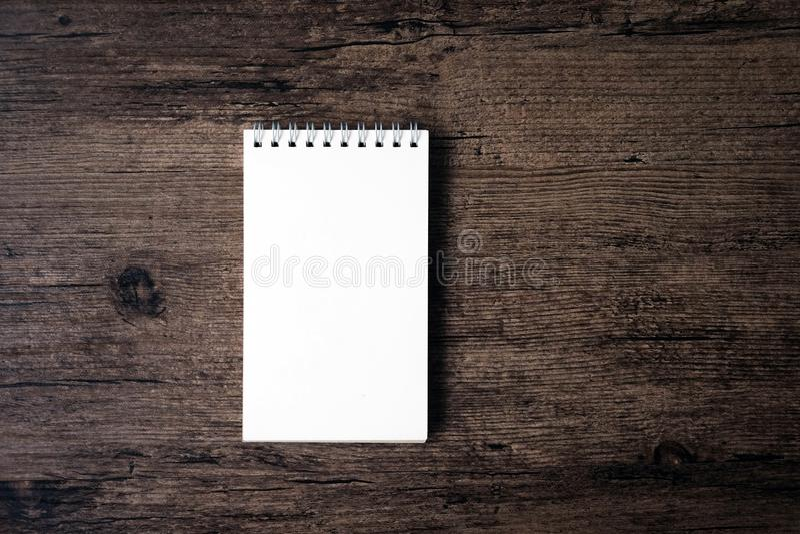 Immagine di vista superiore del taccuino aperto con la pagina in bianco sui tum di legno fotografia stock libera da diritti