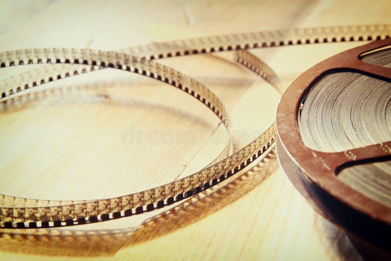 Immagine di vista superiore di vecchia bobina di film di 8 millimetri sopra fondo di legno immagine stock