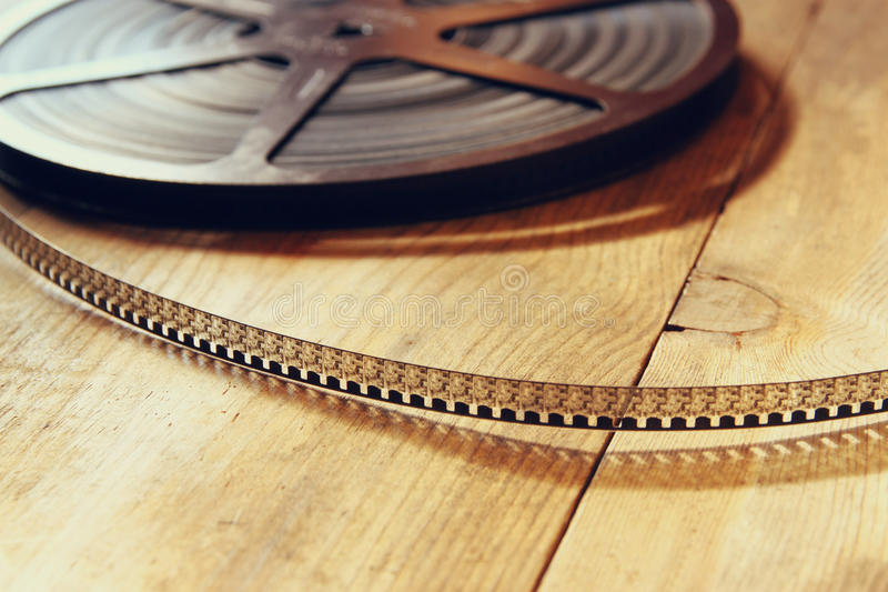 Immagine di vista superiore di vecchia bobina di film di 8 millimetri sopra fondo di legno immagine stock libera da diritti