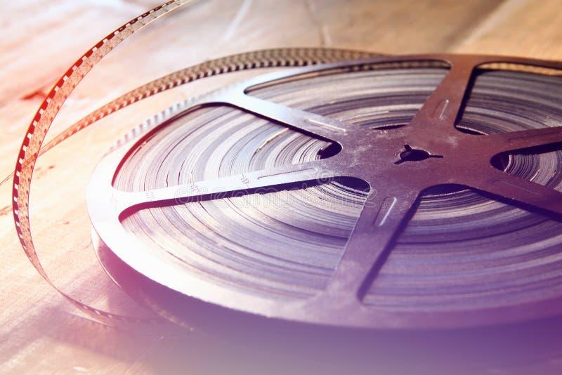 Immagine di vista superiore di vecchia bobina di film di 8 millimetri sopra fondo di legno fotografie stock libere da diritti